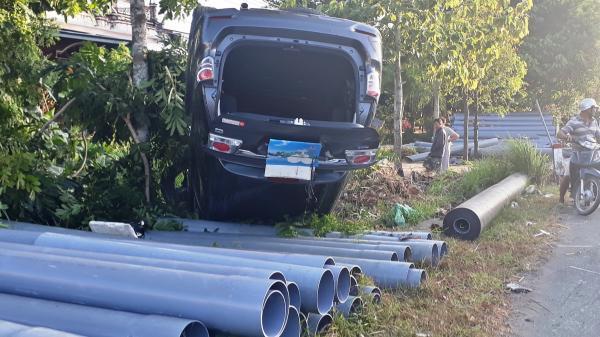 """CLIP HIỆN TRƯỜNG: Tài xế ngủ gật, xe ô tô 7 chỗ BKS Cà Mau lật """"chổng vó"""" trên Quốc lộ 1A"""
