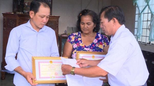 Khen thưởng hai người dân nhặt được trên 120 triệu đồng trả lại khổ chủ ở Bến Tre