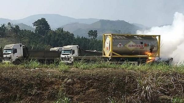 Xe bồn chở hóa chất bất ngờ bốc c.háy dữ dội cạnh cây xăng trên cao tốc Nội Bài - Lào Cai