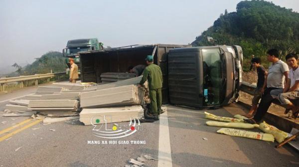 Hai tiếng hai vụ t.ai n.ạn xảy ra trên cao tốc Nội Bài-Lào Cai do n.ổ lốp