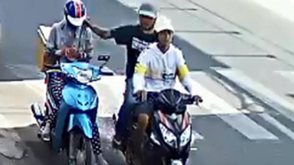 VIDEO: Camera ghi cảnh 2 anh em g.iật điện thoại ở Cà Mau