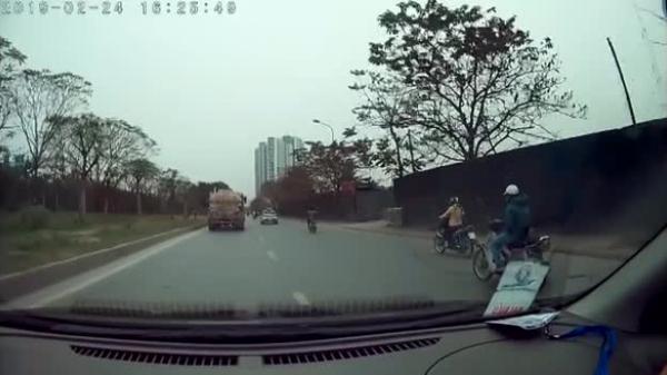 CLIP: M.ất lái, nam thanh niên ng.ã v.ăng xuống đường, pha 'h.ạ cánh' cuối khiến người ta phải kinh ngạc