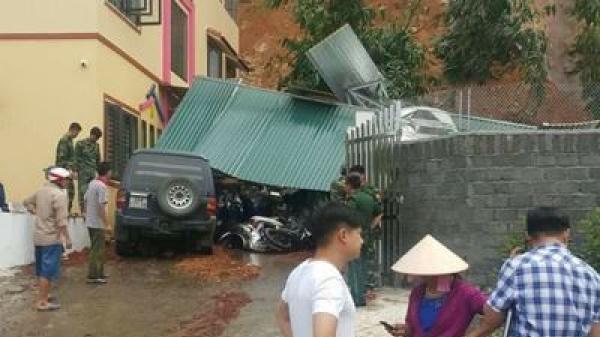 Lào Cai: Mưa lớn gây sạt lở đất, đè bẹp 3 ô tô và nhiều xe máy