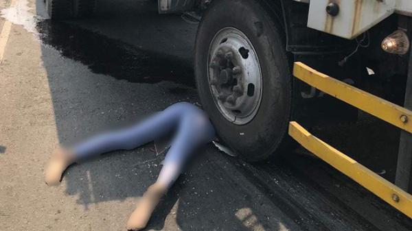 T.ai n.ạn liên hoàn giữa xe tải và xe máy, cô gái xấu số cán lì.a đầu tại hiện trường khiến tất cả bị ám ảnh