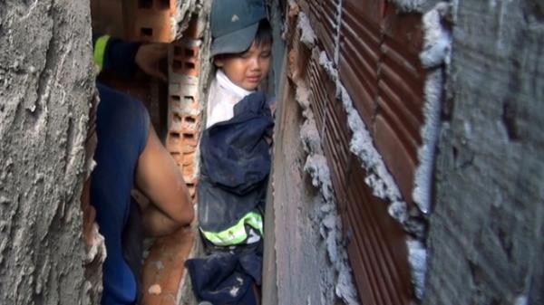 Giải cứu thành công bé trai ở Bến Tre kẹt cứng giữa 2 tường nhà