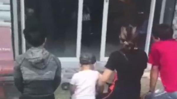 Vụ bé gái bị bỏ r.ơi ở Cà Mau: Nhóm người quỳ trước nhà nữ chủ tịch phường xin lại con