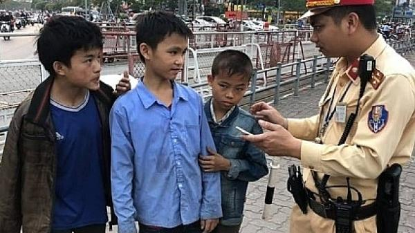 CSGT giúp đỡ 3 cháu bé ở Lào Cai bị lạ.c tại Hà Nội