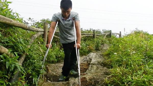 Chàng giám đốc trẻ bị bại liệ.t chống nạng leo đỉnh Fansipan (Lào Cai)