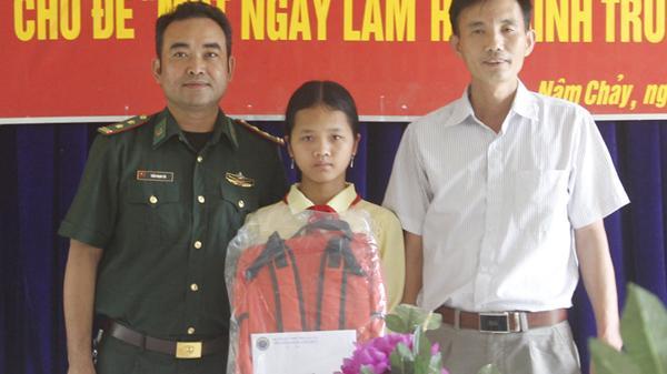 Đồn Biên phòng Nậm Chảy (Lào Cai) hỗ trợ 4 học sinh nghèo