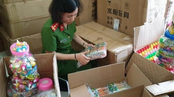 Bắt giữ 3,5 tấn bánh kẹo các loại và 2 tấn đồ chơi trẻ em không rõ nguồn gốc của chủ hàng Lào Cai