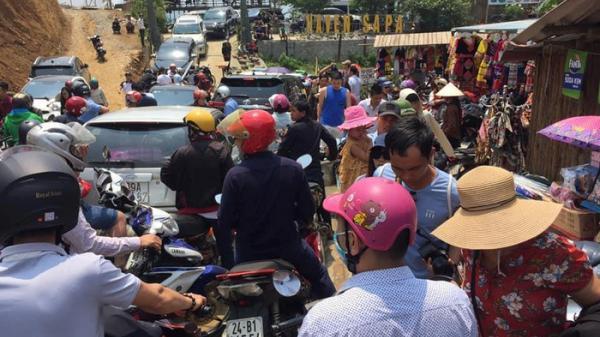 Muôn cảnh tắc nghẽn, chen chúc ngộp thở tại SaPa (Lào Cai) và các khu du lịch khác