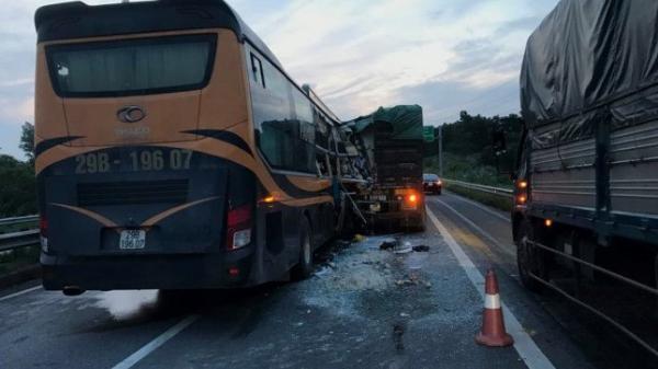 Vụ xe khách húc đuôi xe đầu kéo trên cao tốc Nội Bài - Lào Cai: Một người nước ngoài tử vong