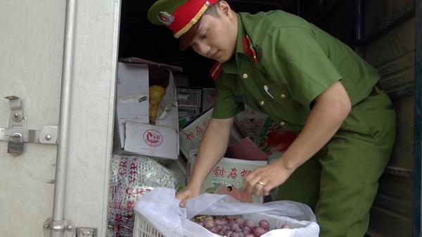 Bảo Yên: Thu giữ trên 60 thùng rau, quả nhập lậu