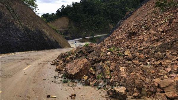 Lào Cai: Đang đi xe máy thì bị đất đá sạt lở vùi lấp  t ử vong