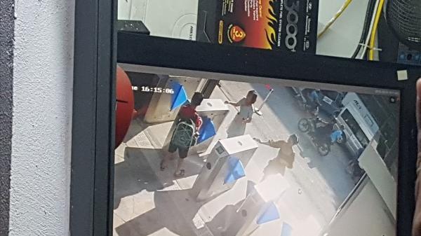 Clip: Khoảnh khắc bé 6 tuổi t.ử von.g được bế ra khỏi xe ôtô