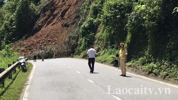 Sạt lở đất gây ách tắc trên Quốc lộ 70