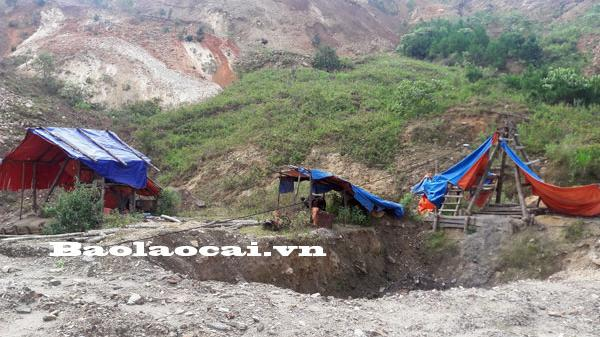 Toàn cảnh công trường khai thác quặng sắt trái phép tại A Mú Sung (Bát Xát)