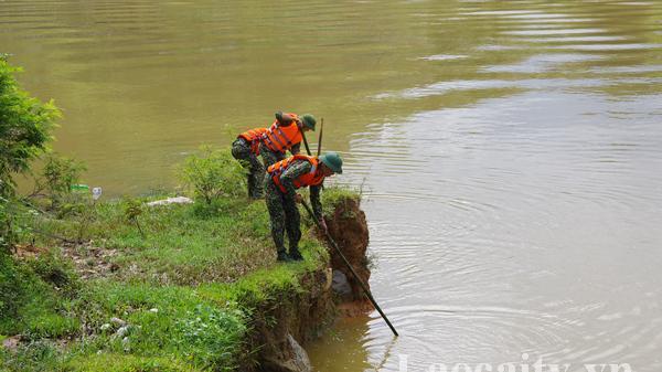 Nỗ lực tìm kiếm nạn nhân còn lại trong vụ việc hai vợ chồng bị lũ cuốn mất tích ở Bản Hồ