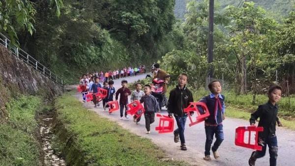 Trẻ em vùng cao Lào Cai xách ghế nhựa nối hàng đi dự lễ khai giảng