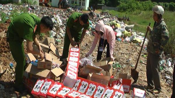 Bảo Thắng (Lào Cai): Tiêu hủy hơn 2 tạ bánh kẹo, hoa quả khô không rõ nguồn gốc xuất xứ