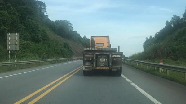Clip: Container chạy ngược chiều, p.há hoại thiết bị giao thông trên cao tốc Hà Nội - Lào Cai