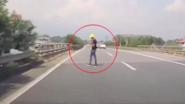 Thanh niên 'vô tư' đứng giữa cao tốc Nội Bài - Lào Cai sử dụng điện thoại