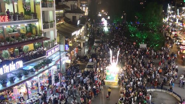 SaPa (Lào Cai) rộn ràng Đêm hội trăng rằm, hàng vạn người dân và du khách ùn ùn kéo đến