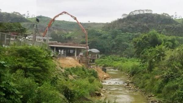 Bát Xát (Lào Cai): Nhà hàng 9999 ngang nhiên xây dựng lấn chiếm lòng suối Cốc San