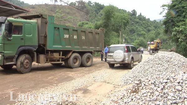 """Lào Cai: Đường chưa sửa xong, xe chở quặng đã """"phá"""""""