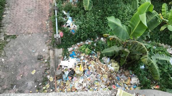 Xả rác bừa bãi khu vực cầu Cốc Lếu (TP Lào Cai), mất mỹ quan đô thị
