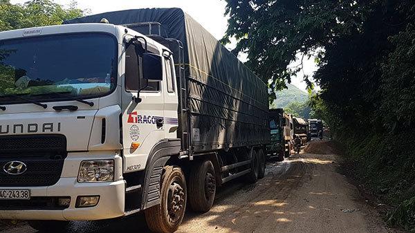 Xe quá tải rầm rập cày nát quốc lộ 279, Lào Cai nhiều năm bất lực