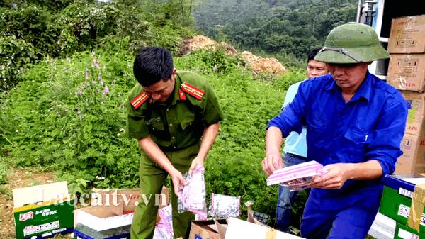 Lào Cai: Tiêu hủy hơn 1.600 gói bánh, gói chân gà không rõ nguồn gốc xuất xứ