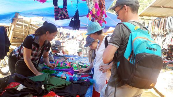 Chợ phiên Sín Chéng (Si Ma Cai - Lào Cai) hấp dẫn du khách nước ngoài