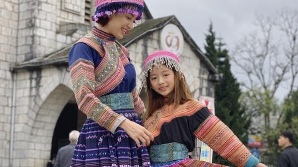 Mẹ con Ngọc Diễm mặc trang phục H'Mông khi đi nghỉ ở Sapa (Lào Cai)