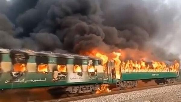 Tàu hỏa ở Pakistan bốc cháy, ít nhất 46 người chết