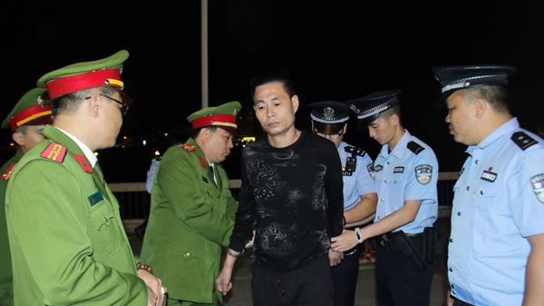 Lào Cai: Tiếp nhận đối tượng bị truy nã do Trung Quốc trao trả
