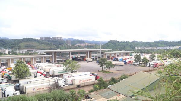 Cửa khẩu Quốc tế Lào Cai sôi động những tháng cuối năm