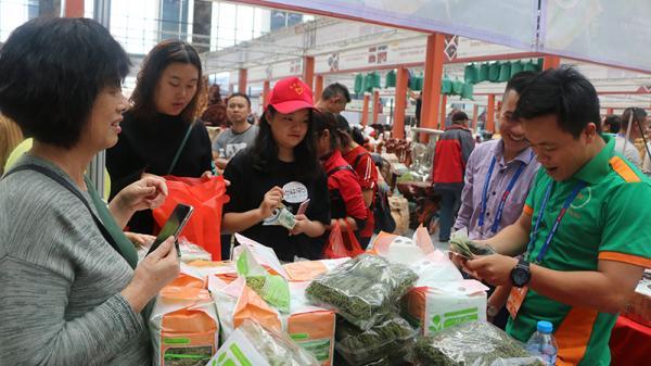 Hội chợ thương mại Quốc tế Việt - Trung (Lào Cai) lần thứ 19 khai mạc vào ngày 12/11