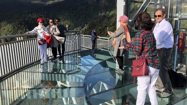 Du khách hào hứng tham quan cầu kính đầu tiên trên đèo Hoàng Liên Sơn cách thị trấn Sa Pa khoảng 16 km