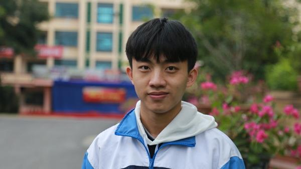Gác nỗi đau mất cha, nam sinh Lào Cai đoạt giải quốc gia môn Vật lý