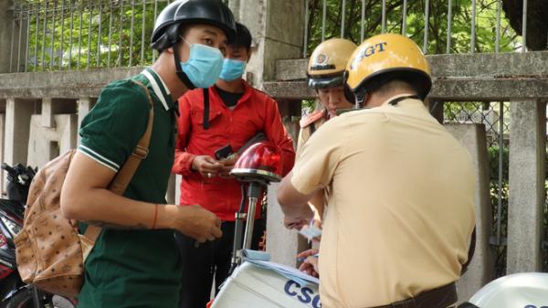 Gọi người nhà đến đưa giấy tờ, kết quả cả 2 xe cùng bị CSGT tạm giữ