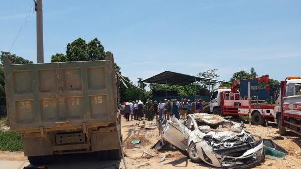 Vừa xong: Bất ngờ bị xe tải Howo đổ đá đè bẹp, 3 người trong xe con tử vong tại chỗ