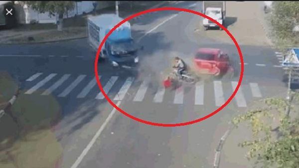 Clip: 2 ô tô va chạm kinh hoàng ngay ngã tư, người đi xe đạp thoát chết thần kỳ
