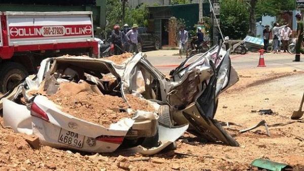 Video hiện trường vụ tai nạn kinh hoàng, xe ben đè chết 3 người trong xe ôtô