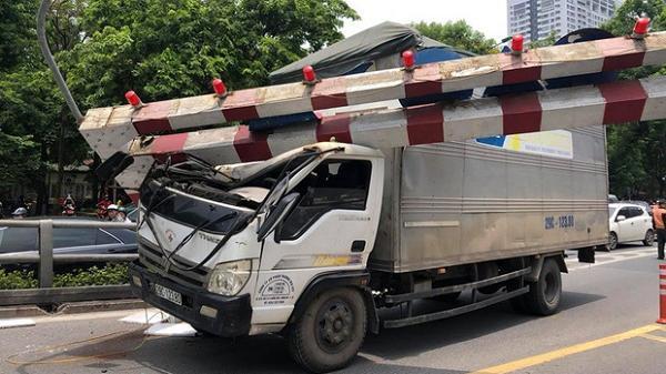 Vừa trưa nay: Xe tải đâm gãy cột giới hạn chiều cao cầu vượt, giao thông giữa trưa nắng ùn tắc