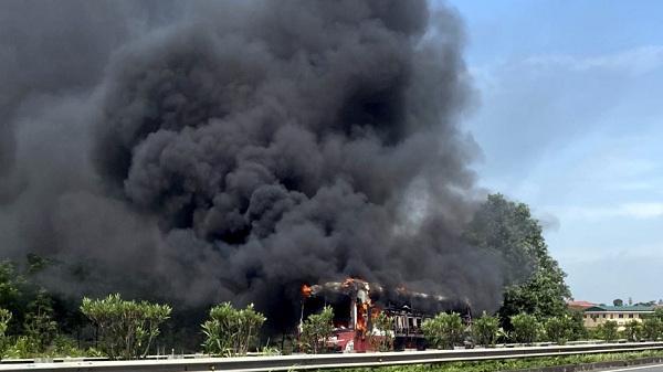 Xe khách bốc cháy ngùn ngụt trên cao tốc Hà Nội - Lào Cai