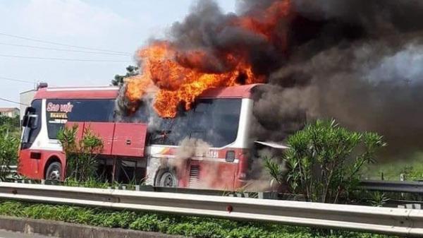 """Xe giường nằm bất ngờ bốc cháy trên cao tốc Hà Nội - Lào Cai, 11 người thoát chết trước """"miệng lửa"""""""