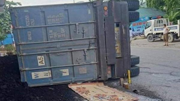 Xe container vào cua lật nghiêng đè 2 mẹ con đi xe máy tử vong thương tâm