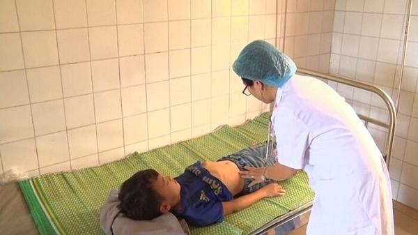 85 học sinh tiểu học ở Lào Cai nhập viện khẩn cấp sau bữa ăn bán trú tại trường