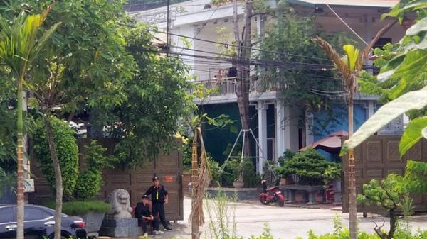 Kho hàng lậu 'khủng' ở Lào Cai, mỗi ngày livestream chốt 200 đơn: Có vọng gác canh và chó nghiệp vụ nên rất khó tiếp cận